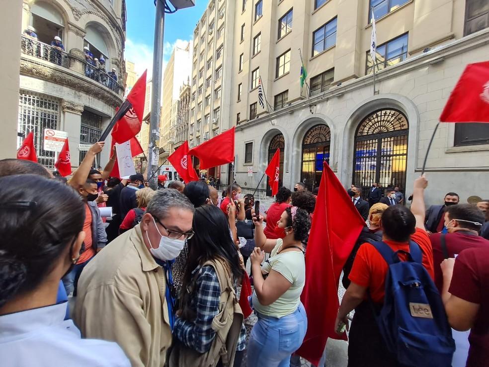 MTST faz manifestação contra Bolsonaro em frente à Bolsa de Valores de São Paulo durante visita do presidente nesta sexta-feira (30). — Foto: Bárbara Muniz Vieira/G1