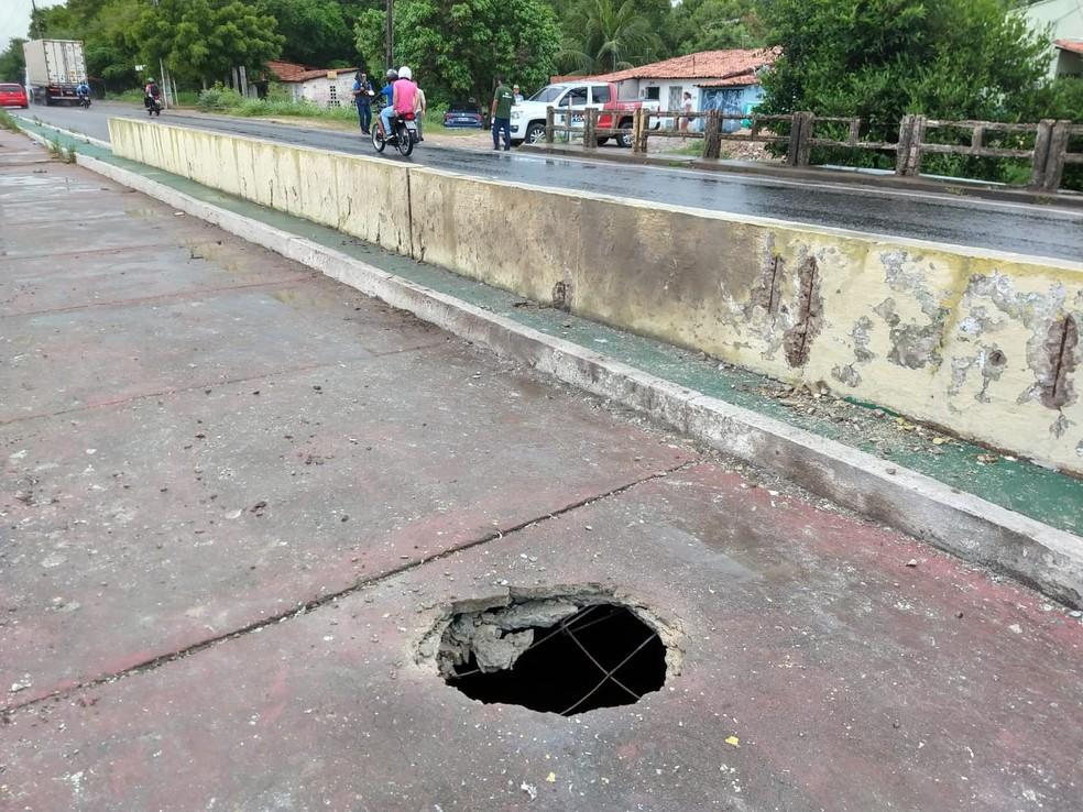 Criminosos tentaram explodir uma ponte na cidade de Caucaia durante a madrugada desta terça-feira — Foto: Kilvia Muniz/Sistema Verdes Mares