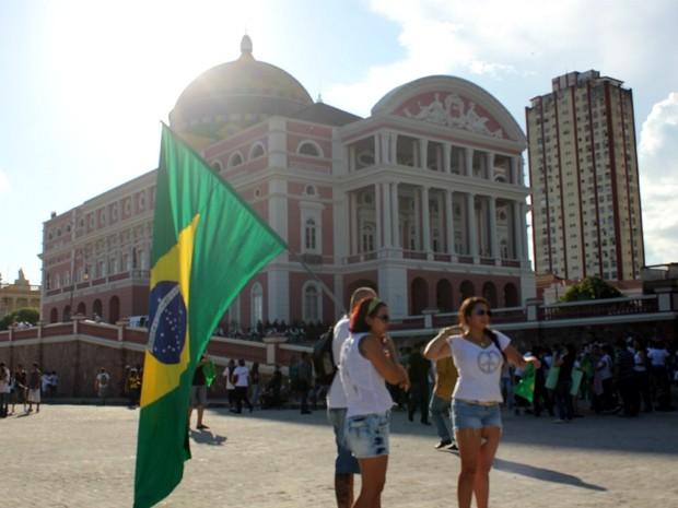 Muitos manifestantes se reuniram no Teatro Amazonas para o início do protesto (Foto: Marcos Dantas/G1 AM)