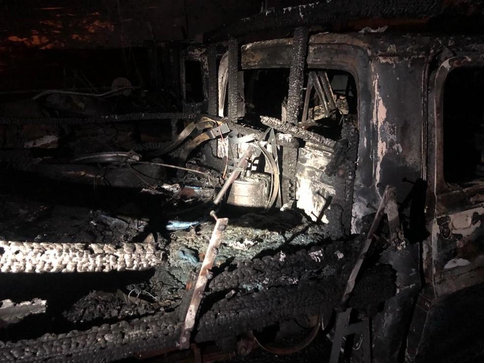 Fogo atingiu o local por volta das 21h30 na Rua Joaquim Nascimento Lourenço em Palmital — Foto: Corpo de Bombeiros/Divulgação