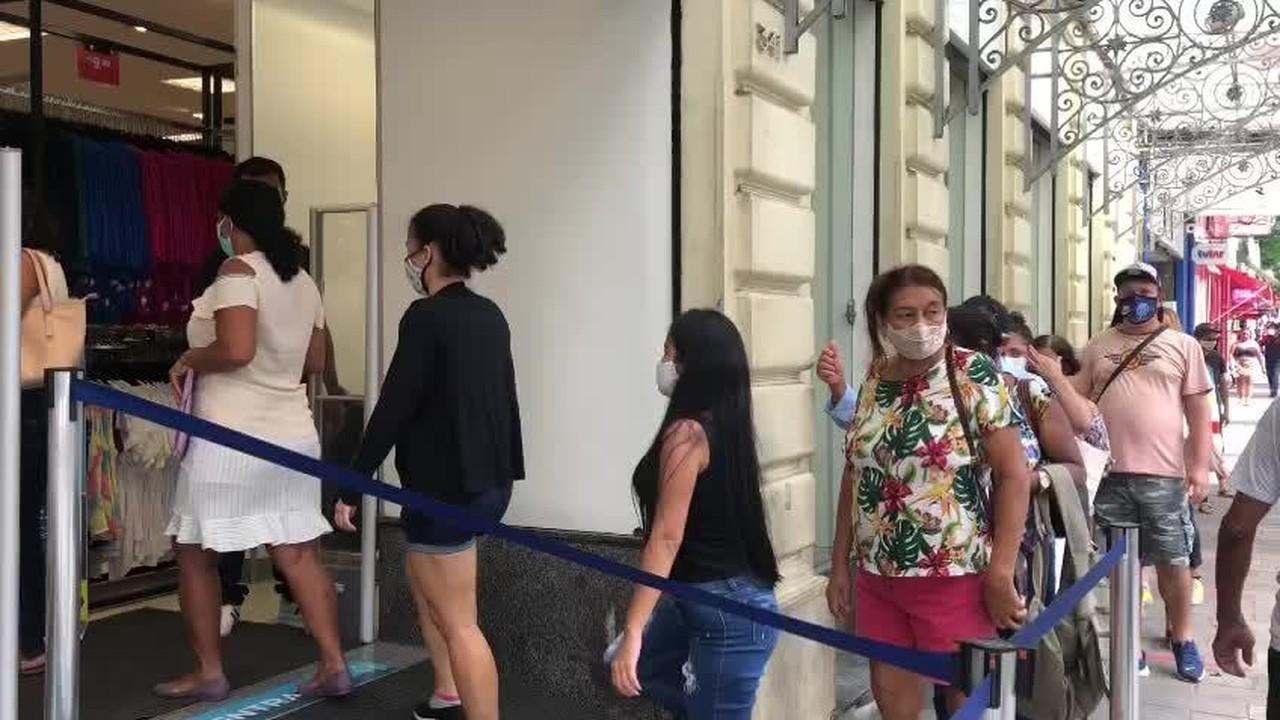 Multidão faz fila no primeiro dia de reabertura do comércio no AM