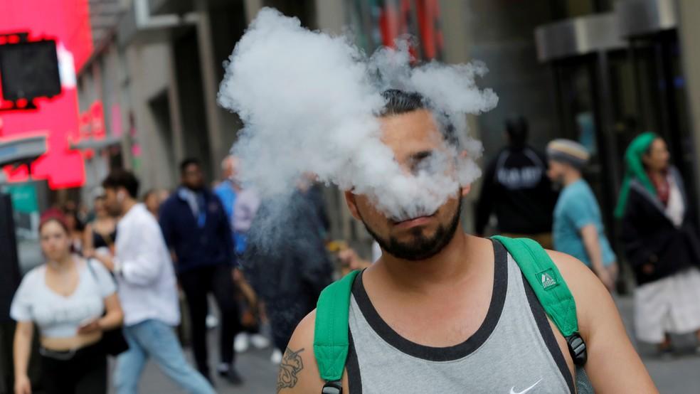 Homem fuma cigarro eletrônico em Nova York, nos EUA — Foto: Andrew Kelly/Arquivo/Reuters