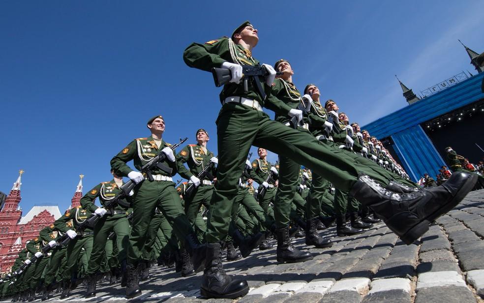 Soldados do exército russo marcham ao longo Praça Vermelha durante um ensaio geral para o desfile militar do Dia da Vitória (Foto: Alexander Zemlianichenko / AP)