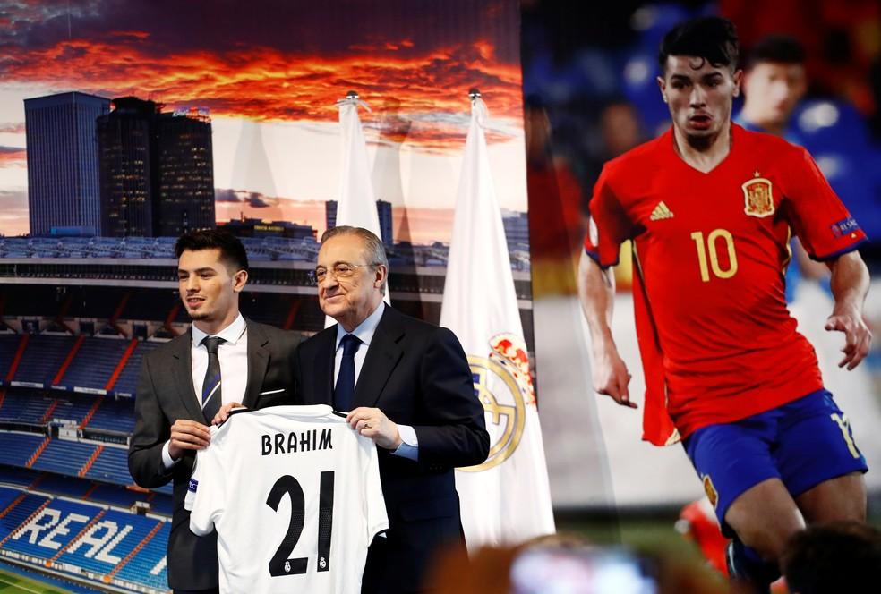 Brahim Diaz posa com o presidente do Real Madrid, Florentino Perez  — Foto: Juan Medina / Reuters