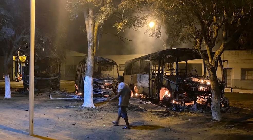 Homem é preso após incendiar três ônibus escolares em Fortuna, no ...