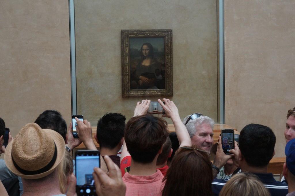 Monalisa sendo vista por turistas no museu de Louvre, em Paris (Foto: Getty Images)