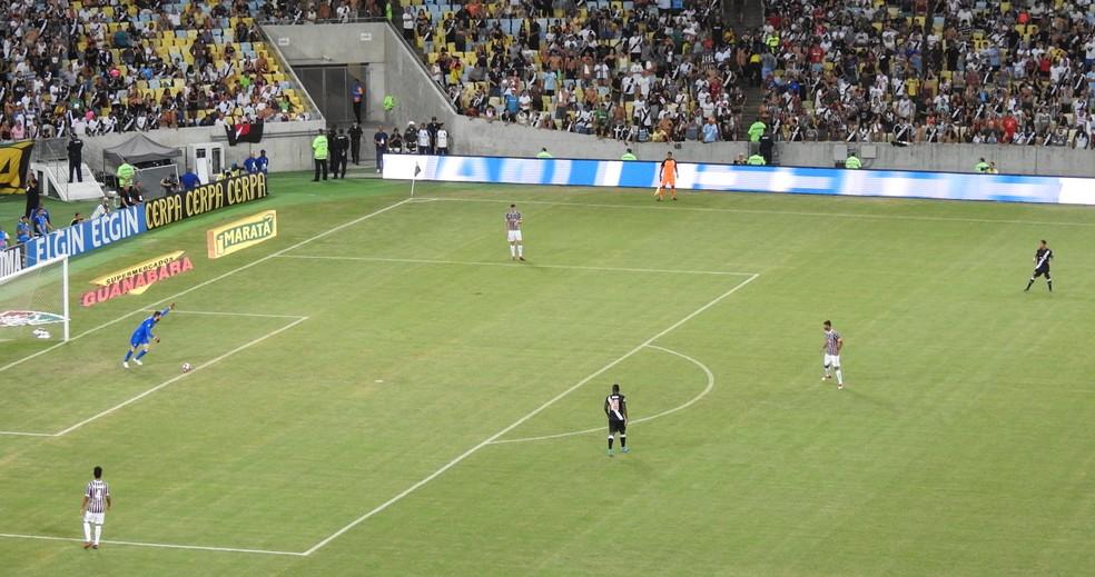 Riascos e Pikachu adiantam posicionamento e impedem saída de bola tricolor (Foto: Hector Werlang)