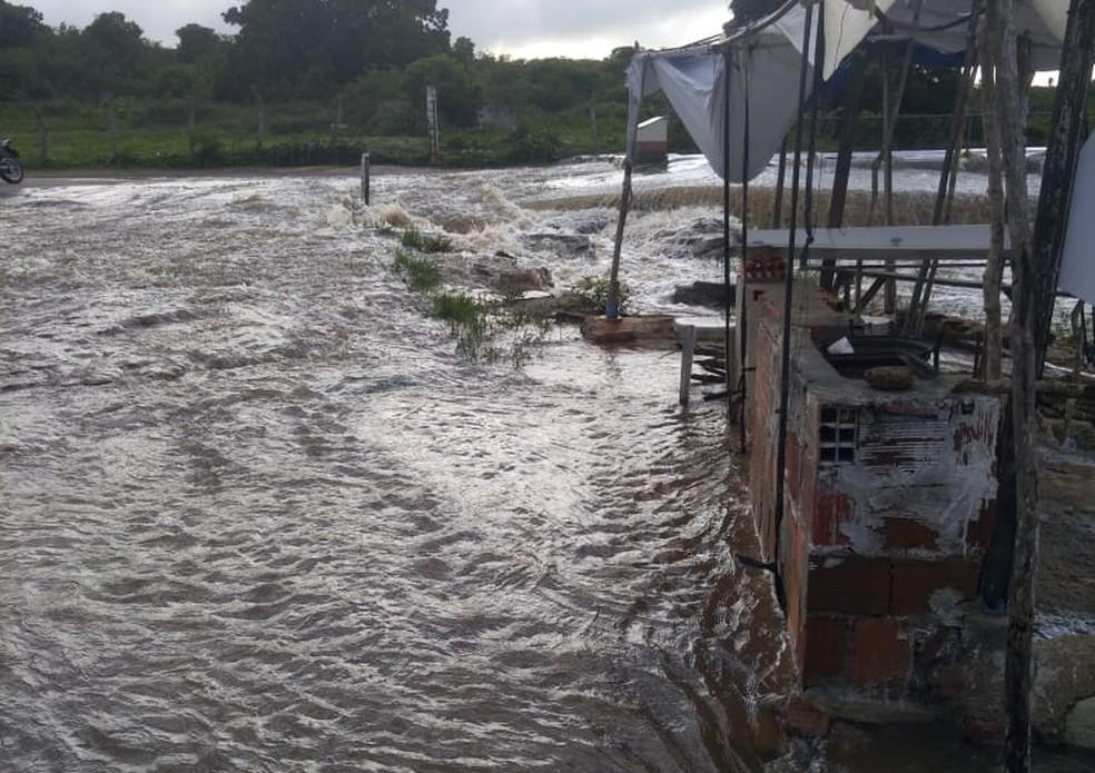 Água do açude chegou a inundar terrenos de algumas propriedades, mas não atingiu casas — Foto: Reprodução