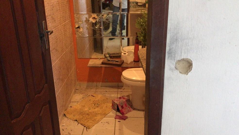 Marca de tiros na parede e no espelho de banheiro de granja invadida por criminosos na Grande Natal — Foto: Ayrton Freire/Inter TV Cabugi