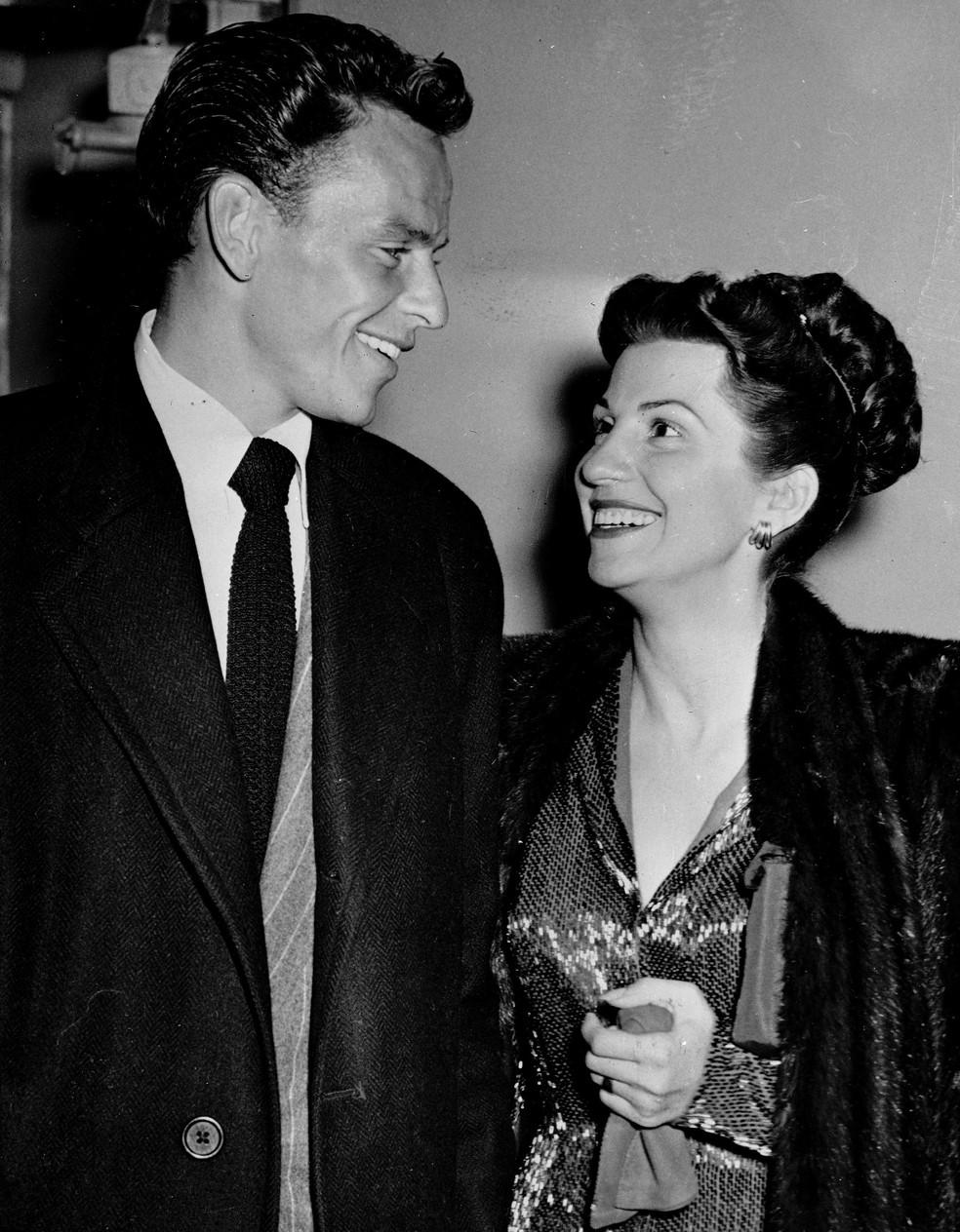 Em imagem de arquivo de 23 de outubro de 1946, Frank Sinatra e Nancy sorriem ao sair de uma casa noturna de Hollywood.  (Foto: Associated Press)