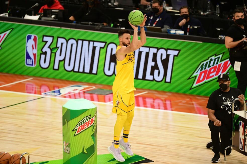 Stephen Curry no torneio de três pontos do All-Star Game — Foto: Adam Hagy/NBAE via Getty Images