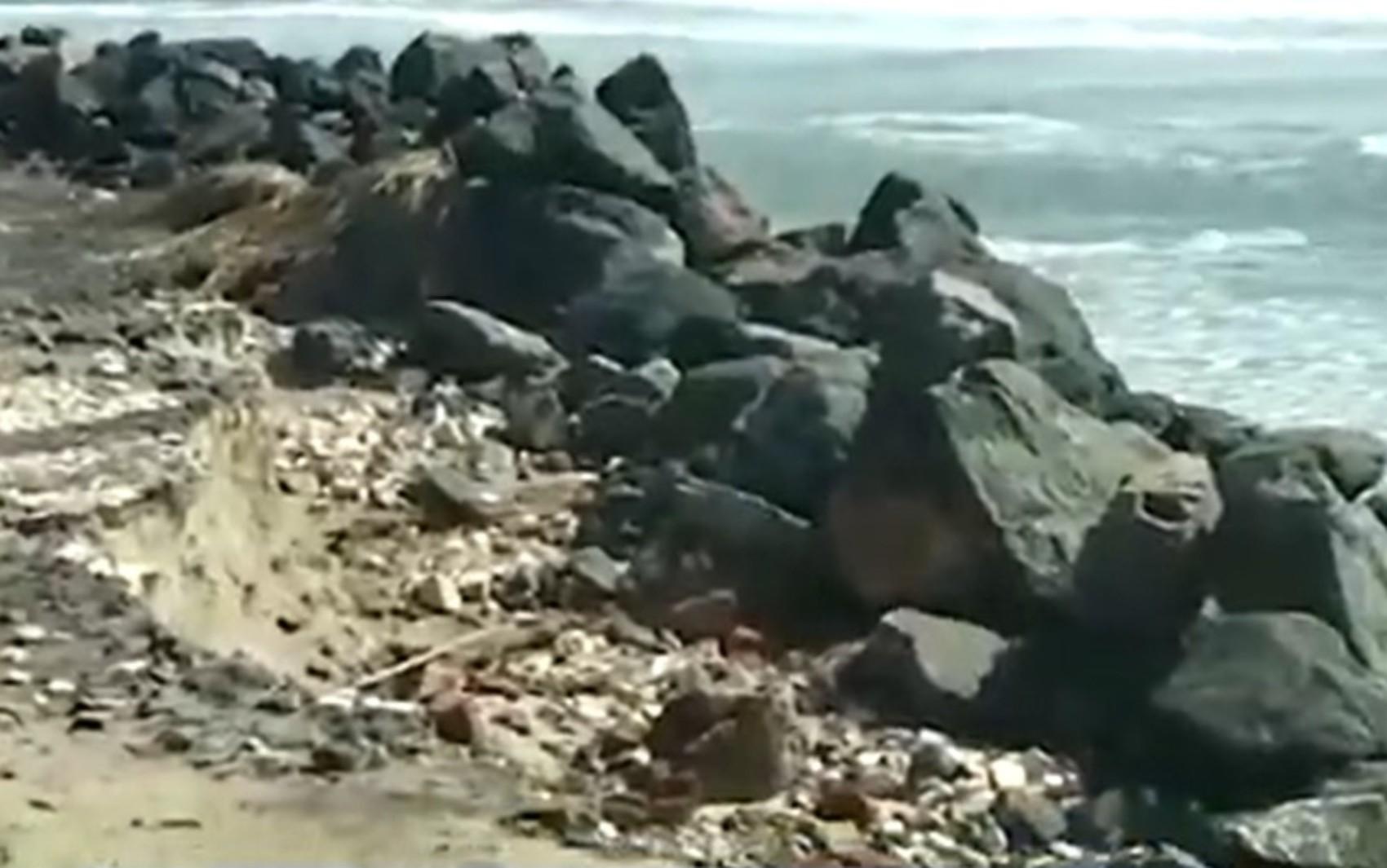 VÍDEO: Moradora registra cratera em calçada de praia de Ilhéus, no sul da Bahia