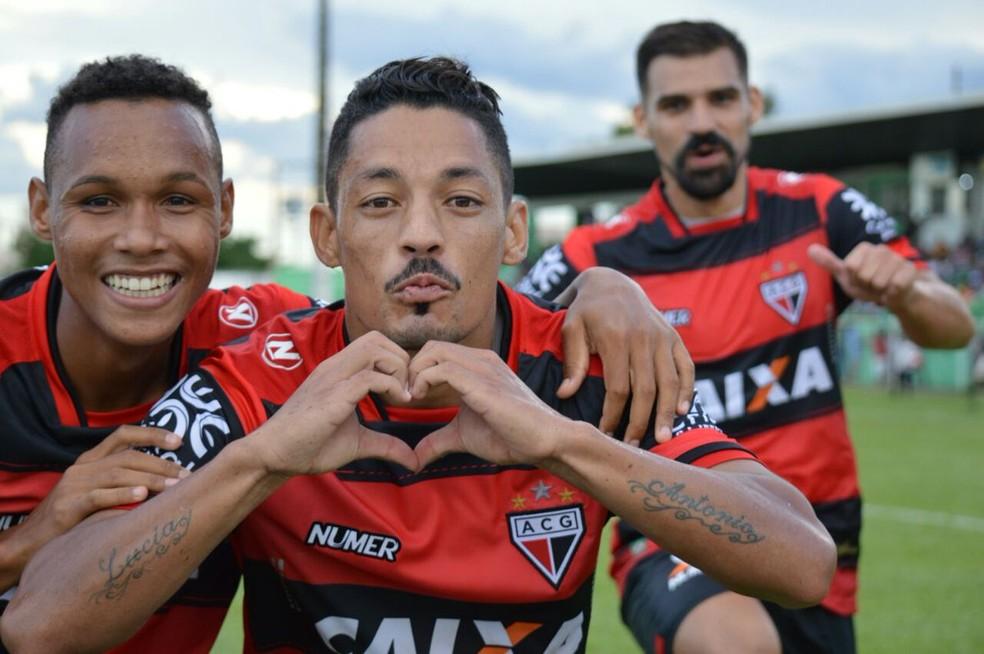 Tomas Bastos (centro) marcou gol da vitória do Dragão sobre o Esmeraldino (Foto: Paulo Marcos/Atlético-GO)