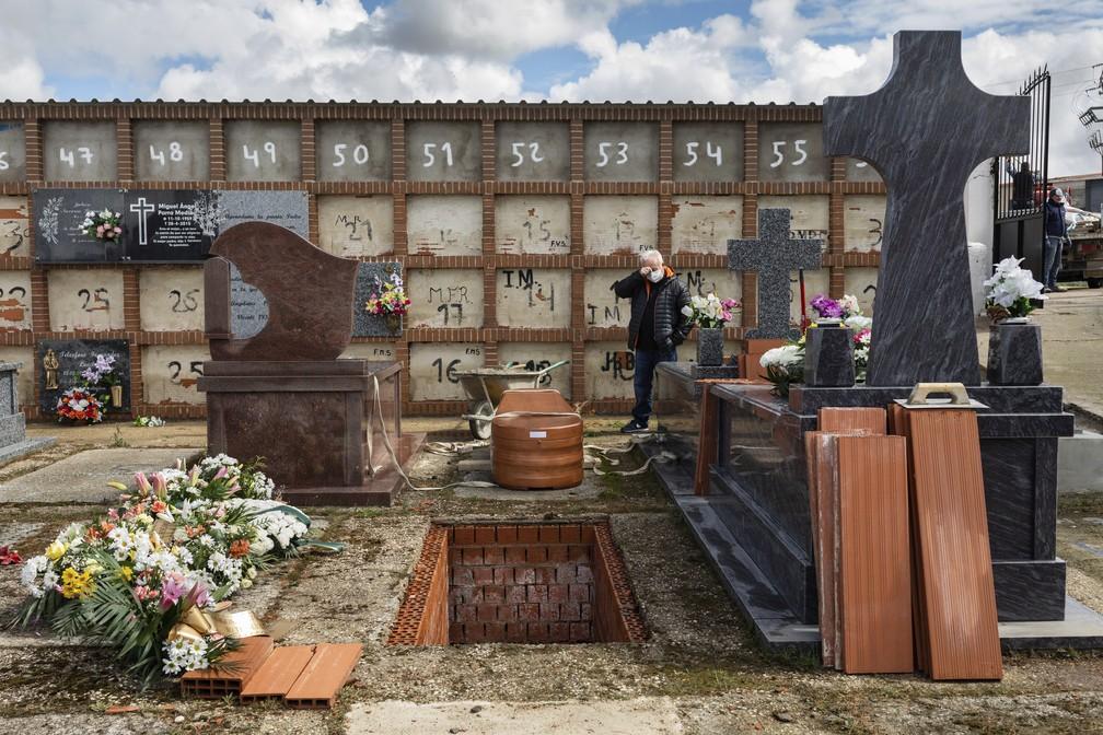 Eusebio Fernandez Cortes, 59, no enterro de sua mãe, Rosalia Mascaraque, 86, durante a pandemia do coronavírus em Zarza de Tajo, na Espanha — Foto: Bernat Armangue/AP