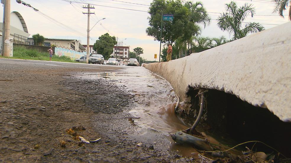 Vazamento de água no Núcleo Bandeirante entrando em bueiro (Foto: TV Globo/Reprodução)