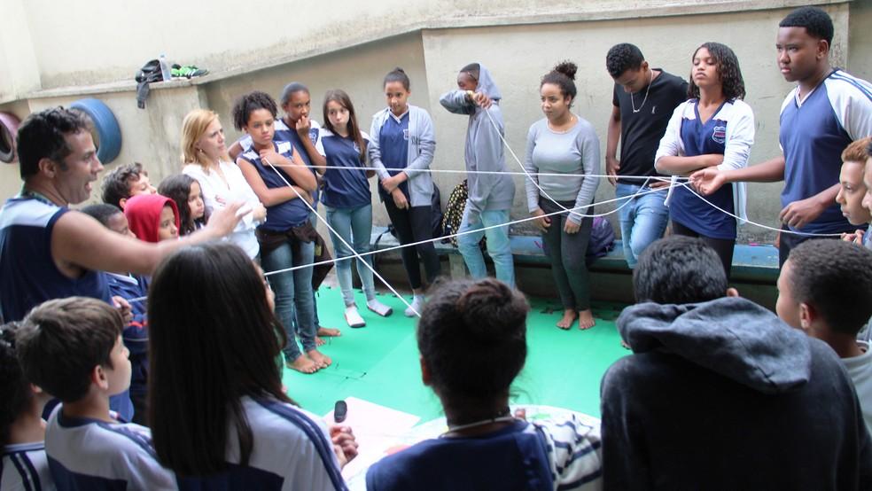Dinâmica sobre intenções positivas durante grupo de diálogo do programa 'Nós' na Escola Estadual Amélia Josefina Kessen (Foto: Franciele Xavier/Secretaria de Estado de Educação de Minas Gerais)
