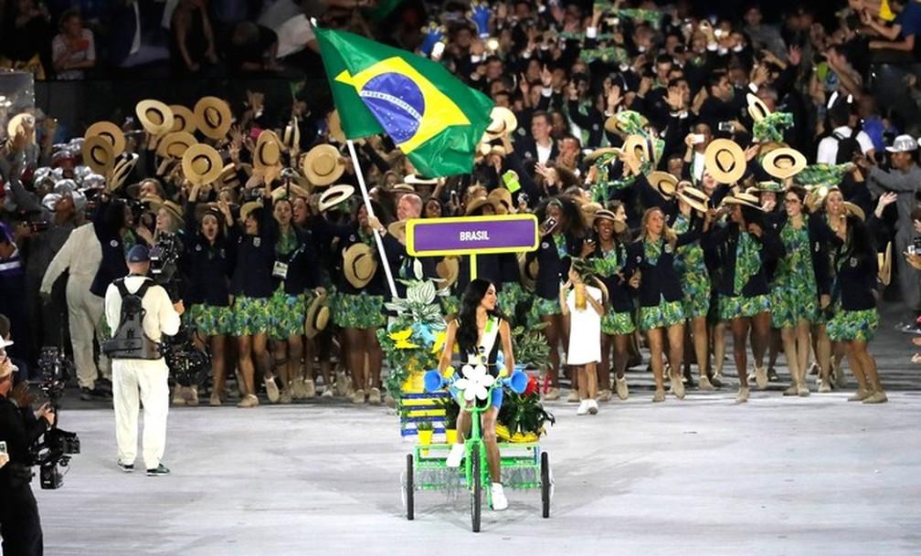 Lea T lidera a entrada da delegação brasileira no Maracanã, na cerimônia de abertura da Rio 2016 — Foto: AP