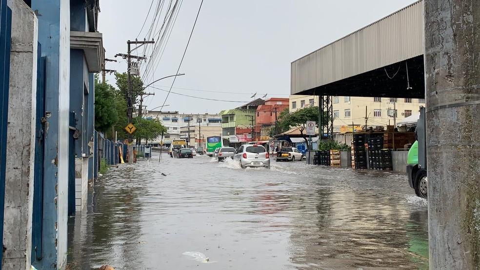 Ruas ficaram alagadas na manhã desta quarta-feira (9) em Campos — Foto: João Vitor Brum/Inter TV