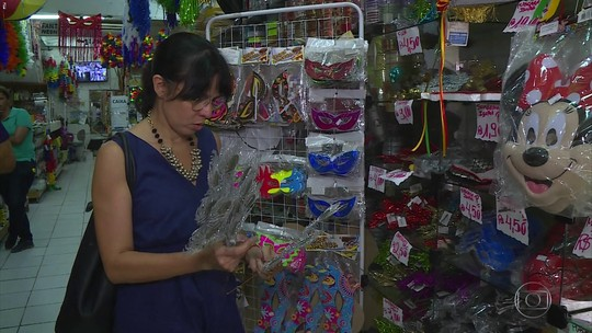 Aumento da busca por fantasias e adereços de carnaval anima comerciantes do Recife
