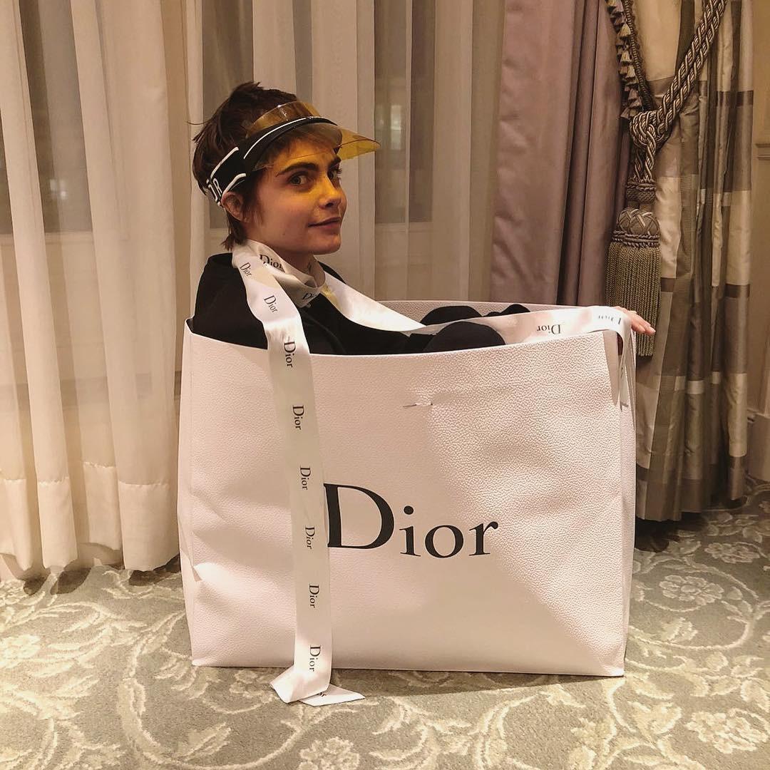 Cara Delevingne na sacola da Dior (Foto: Reprodução/Instagram)