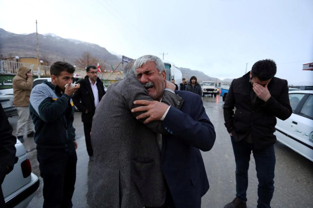 Familiares de vítimas de avião que caiu no Irã aguardam notícias em frente de mesquita próxima ao aeroporto do Teerã  (Foto: REUTERS/Tasnim News Agency)