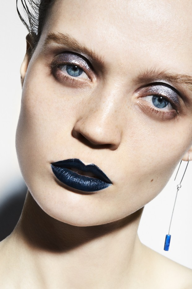 Olhos metálicos e lábios marinho feitos com o lápis Volcanic Minerals Eyeliner, da Korres, na cor Blue, e com o Metal Powder, da Make Up For Ever, na cor Silver.  A joia de prata com detalhe de lápis-lazúli é de Allison Bryan. (Foto: David Oldham)