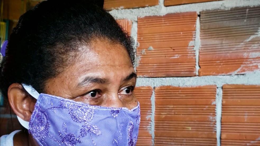 Maria da Luz não teve oportunidade de estudar na infância e recebe ajuda da neta, em João Pessoa — Foto: Reprodução/TV Cabo Branco