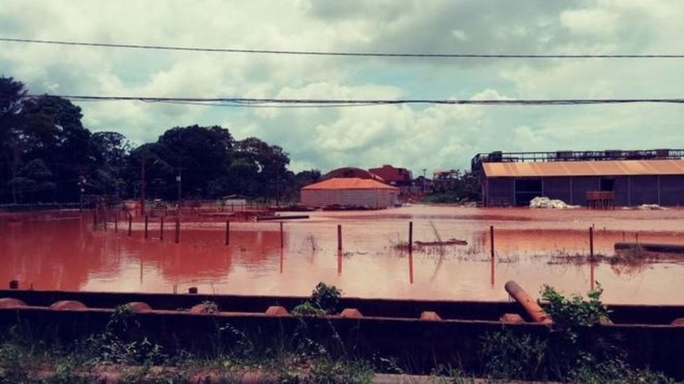 Inspeção flagra alagamento de lama vermelha com alumínio na sede da Hydro (Foto: Instituto Evandro Chagas)