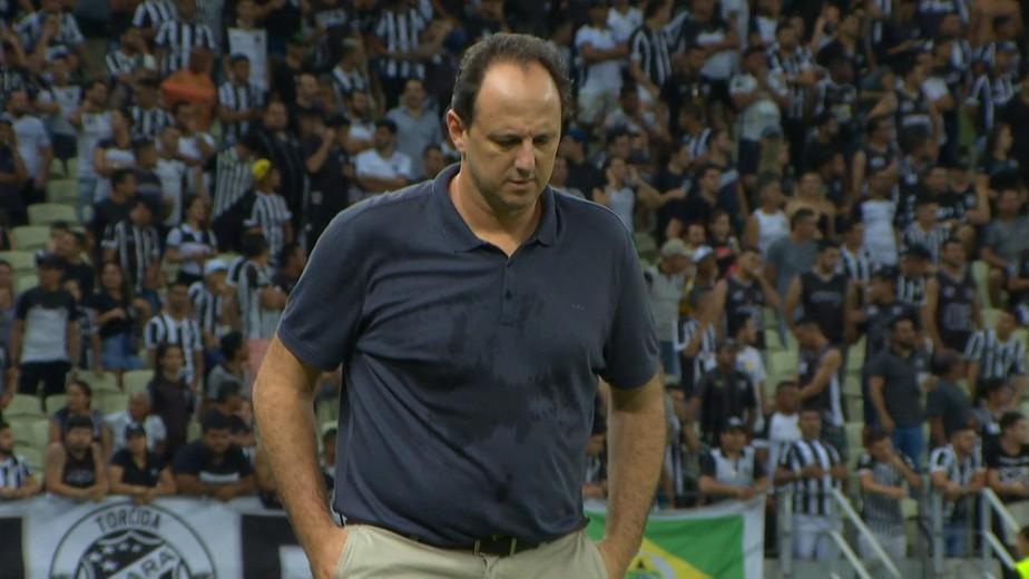 Isolado após conversa no vestiário do Castelão, Rogério Ceni tem futuro em xeque no Cruzeiro