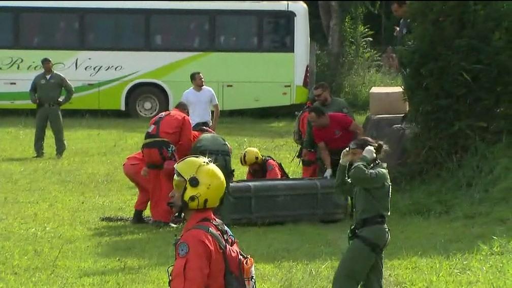 Corpo resgatado pelos bombeiros após rompimento de barragem da Vale em Brumadinho (MG) — Foto: Reprodução/TV Globo