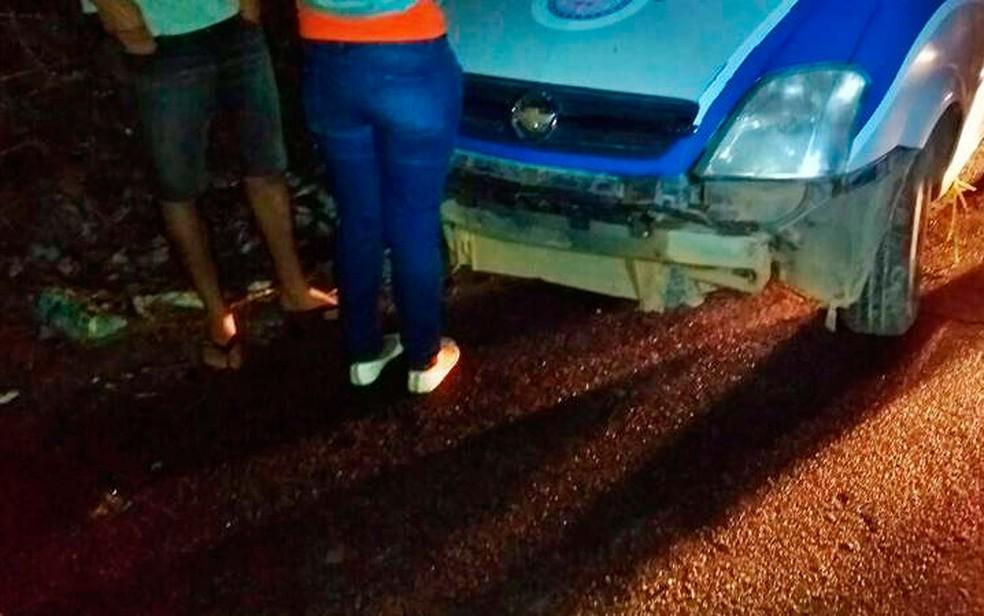 Casal em frente à viatura da polícia após ser flagrado pela polícia fazendo sexo dentro de carro em Vitória da Conquista, no sudoeste da Bahia (Foto: Frarlei Nascimento/Blitz Conquista)