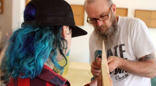 Jovens participam de oficina, onde aprendem a produzir shapes e rampas (Foto: Divulgação)