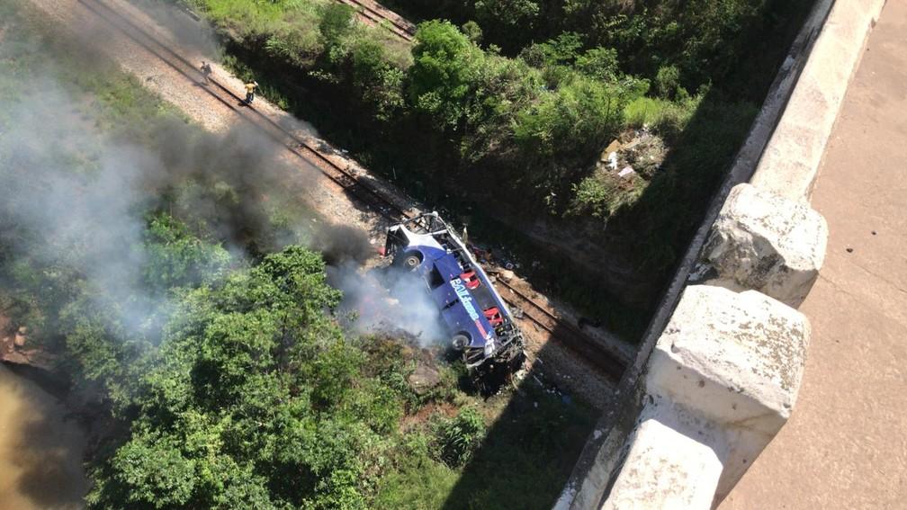Ônibus cai de viaduto em João Monlevade, de altura aproximada de 15 metros. — Foto: Redes sociais