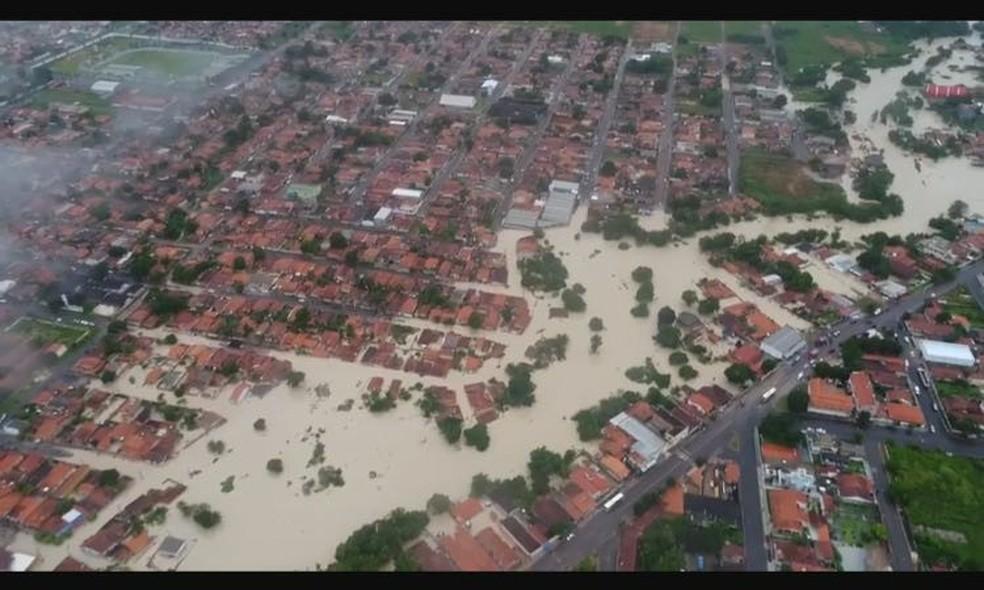 Vista área de Paragominas: enxurrada afetou diversos bairros e deixou ao menos 300 famílias desabrigadas (Foto: Reprodução/TV Liberal)