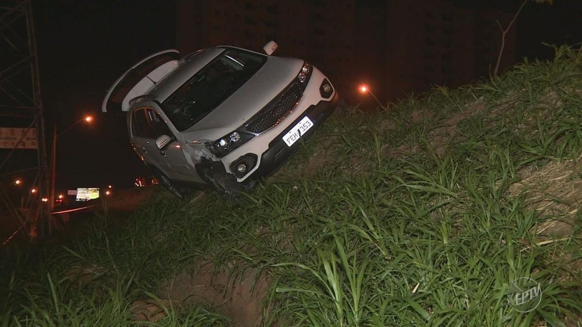 Motorista perde o controle e carro derruba poste na Lix da Cunha, em Campinas