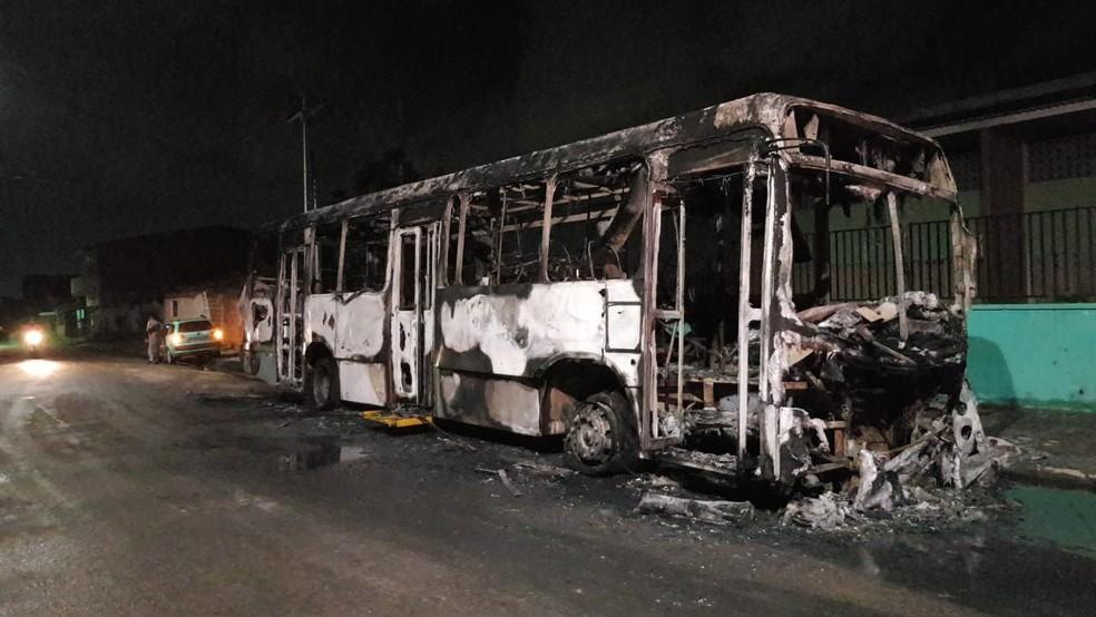 Ônibus foi incendiado por criminosos na 8º noite de ataques criminosos no Ceará — Foto: Sistema Verdes Mares