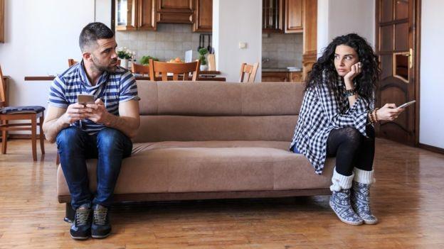 Além do próprio funcionário, as pessoas que convivem com ele também são impactadas pelo estresse de estar sempre ligado nas mensagens do trabalho (Foto: Getty Images via BBC)