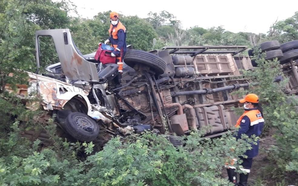 Motorista, identificado como Erisvan Souza da Silva, 42 anos, e um passageiro do carro funerário morreram no local.  — Foto: Brigada Voluntária Anjos Jacuipenses
