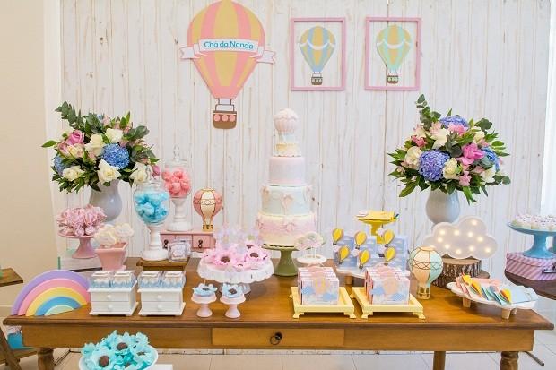 Para seguir nas cores da festa, os arranjos foram feitos com rosas brancas e rosas, hortênsias azuis e eucaliptos. O luminoso de nuvem trouxe um toque divertido à decoração  (Foto:  Danilo Giunchetti)
