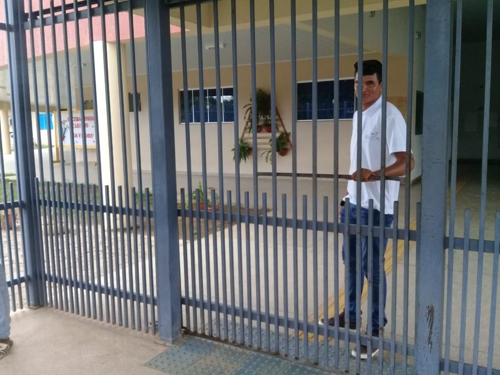 Portão de escola foi fechado após suspensão de eleição para Conselho Tutelar em Ariquemes — Foto: Franciele do Vale/Rede Amazônica