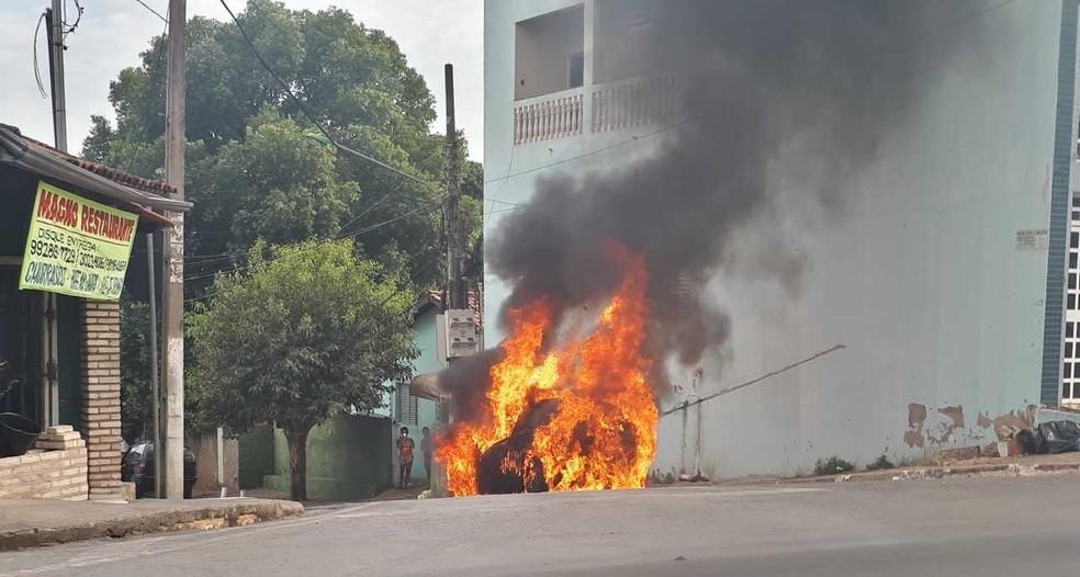 Carro pegou fogo logo após ser retirado de garagem, segundo a motorista do veículo (Foto: Amanda Teodoro/G1)