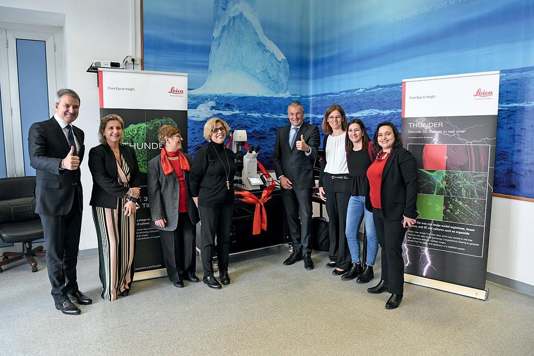 O time feminino de cientistas do hospital Lazaro Spallanzini com Lelio Gavazza (esq.), presidente-executivo de vendas e varejo da Bulgari, e Jean-Christophe Babin (dir.), CEO da joalheira, com o novo equipamento microscópico  (Foto: Divulgação)