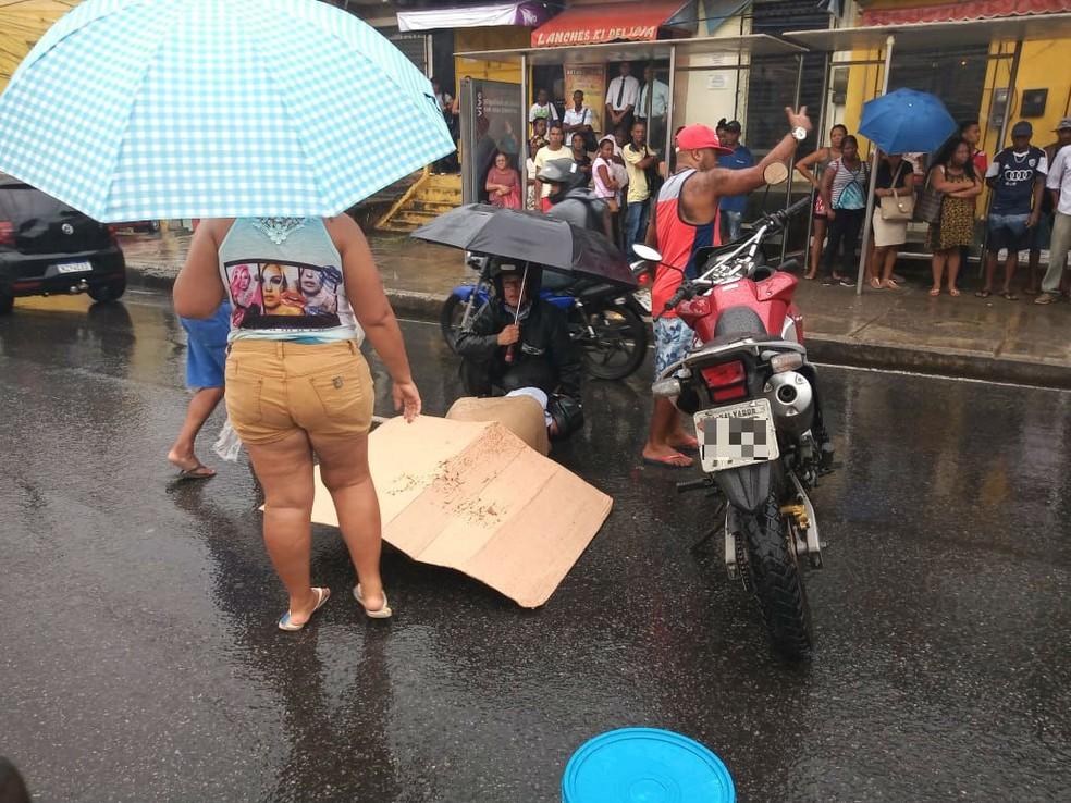 Acidente com moto deixa homem ferido e trânsito lento na Av. Suburbana, em Salvador — Foto: Cid Vaz/TV Bahia