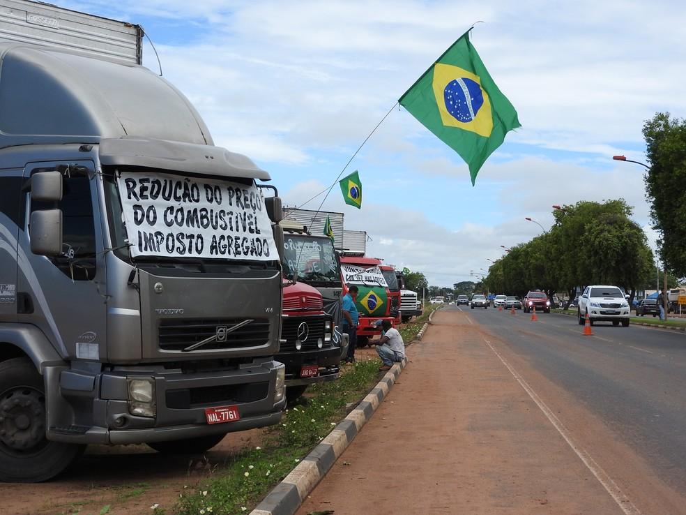 Caminhoneiros parados ao lado da BR-174, no perímetro urbano de Boa Vista (Foto: Alan Chaves/G1 RR)