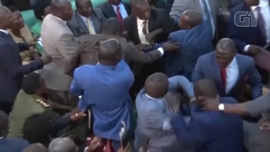 Deputados trocam socos em briga dentro do Parlamento de Uganda