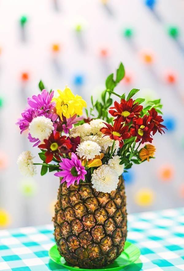 Aproveite a casca do abacaxi como vaso de flores - a casa fica perfumada e com clima tropical (Foto: Pinterest/Reprodução)