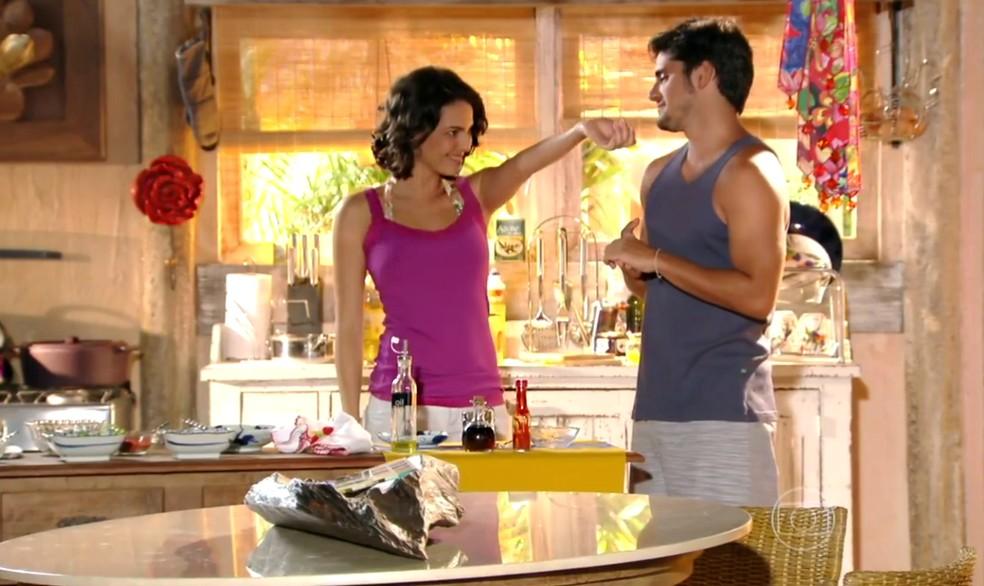 Juliano (Bruno Gissoni) fica próximo de Mila (Tainá Müller) e Natália (Daniela Escobar) não gosta - 'Flor do Caribe' — Foto: Globo