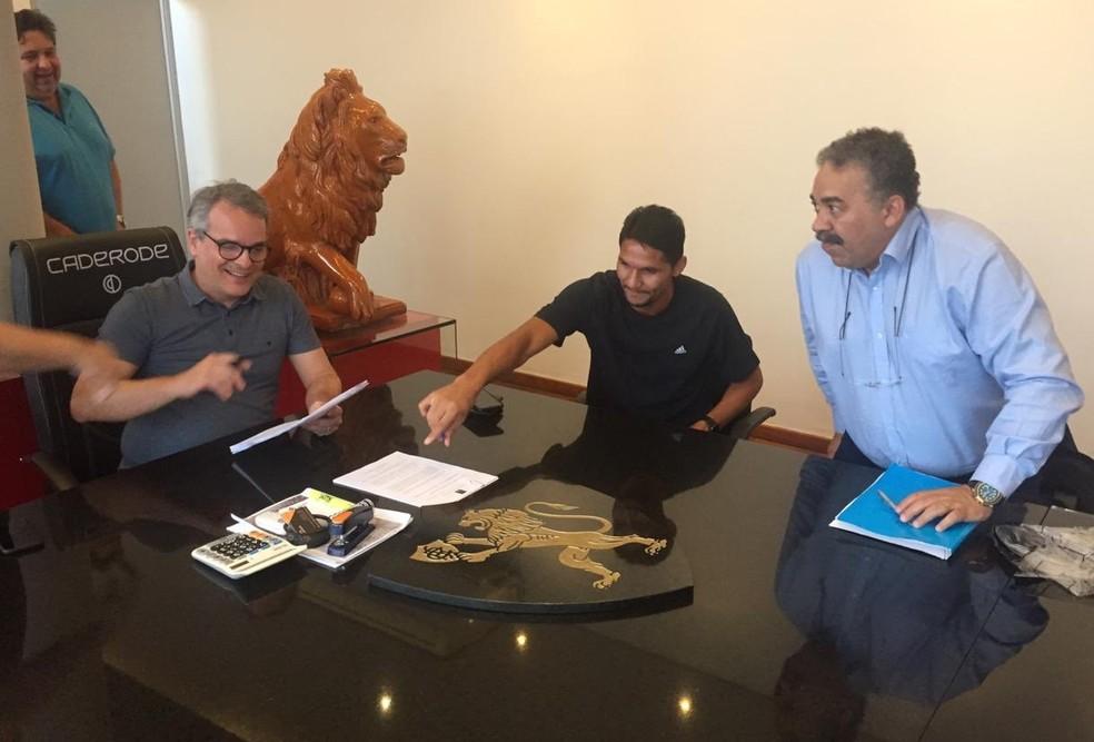 Durval no ato da assinatura do documento — Foto: Divulgação