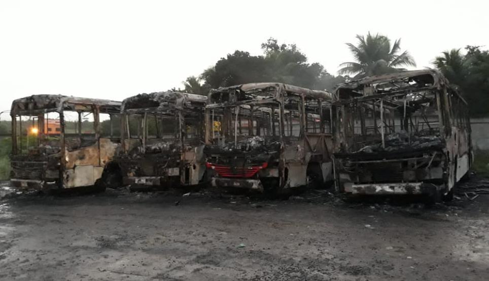 Ônibus ficam destruídos após incêndio em garagem na cidade de Alagoinhas, na Bahia