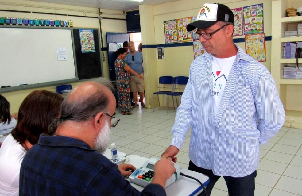 Eduardo César Rodrigues de Lima foi o primeiro eleitor no primeiro turno  — Foto: Ana Clara Marinho/TV Globo